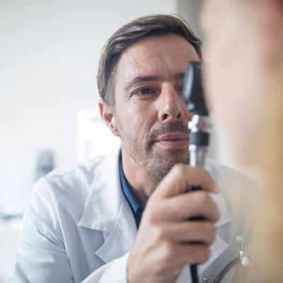 Arzt untersucht