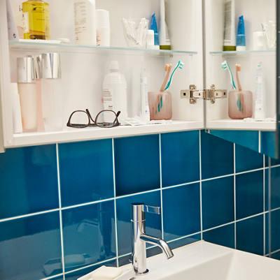 Badezimmerschrank mit Brille und Badezubehör
