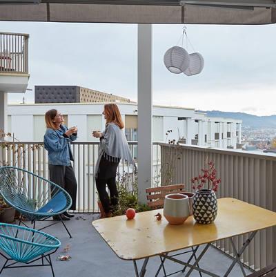 Zwei Frauen unterhalten sich auf dem Balkon