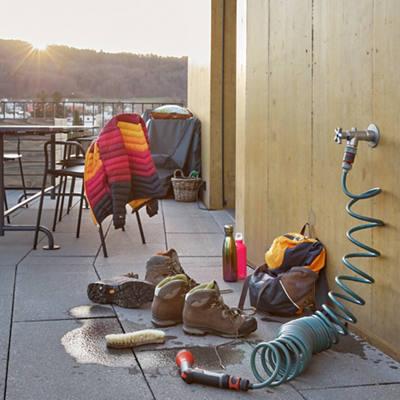 Reinigung der Wanderschuhe auf dem Balkon