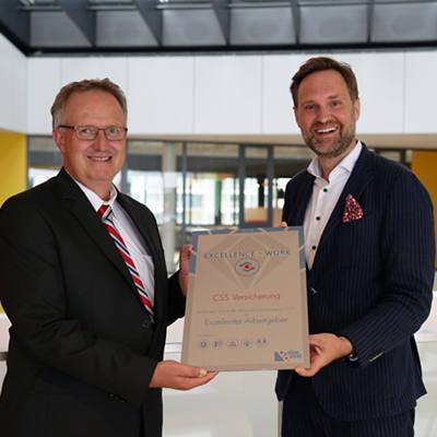 Bruno Catellani von ValueQuest überreicht den Award an unseren Leiter HR, Daniel Zimmermann.