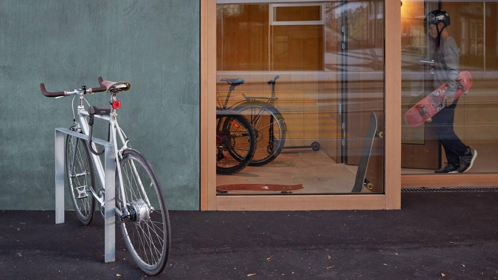 Abgeschlossenes Fahrrad vor Turnhalle