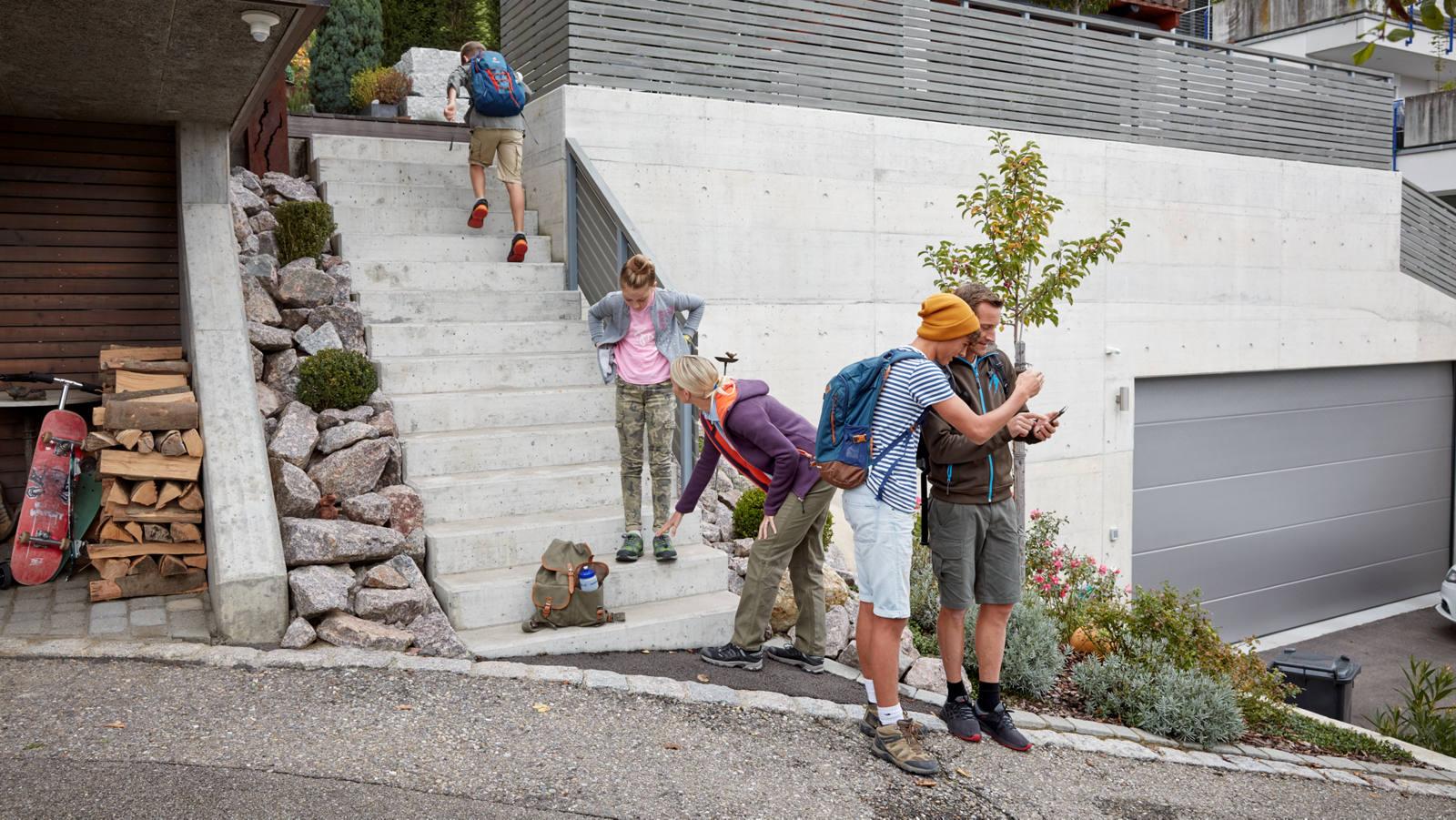 Familie geht auf einen Ausflug