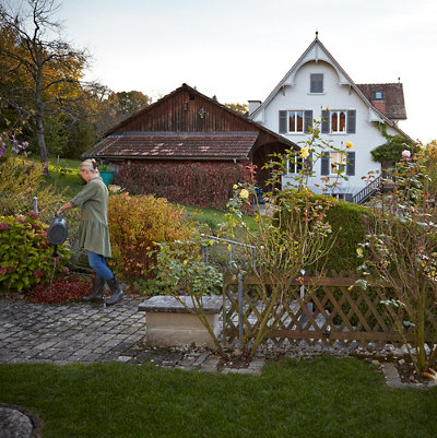 Frau giesst Blumen