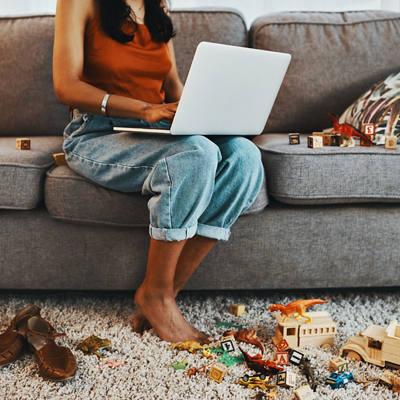 Frau mit Laptop auf dem Sofa