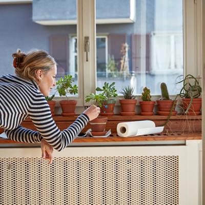 Frau pflegt ihre Pflanzen