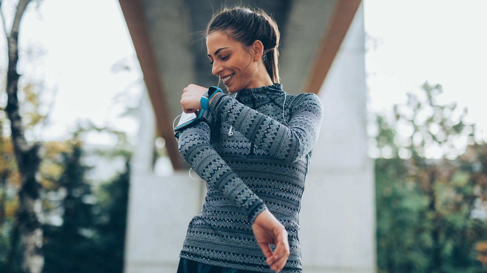 Frau am Joggen mit Smartwatch