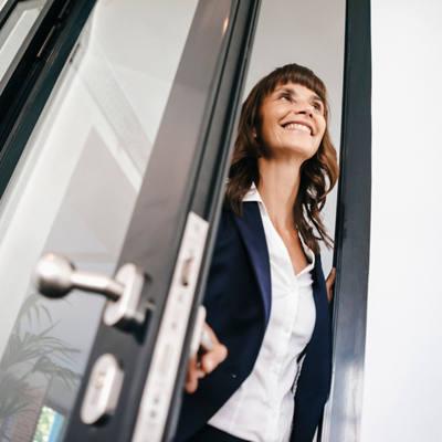 Frau öffnet Tür