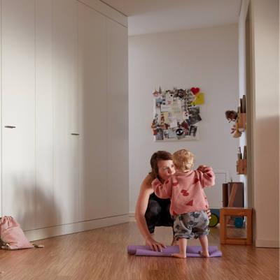 Frau entrollt Yogamatte