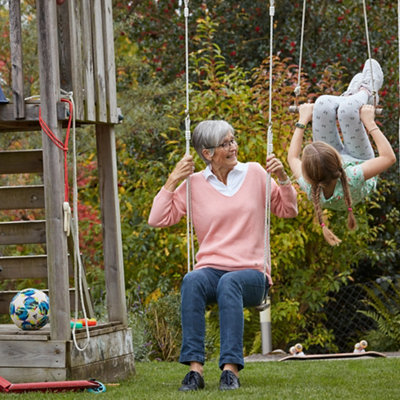 Grossmutter schaukelt mit Enkelin