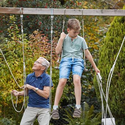 Grossvater spielt mit Enkeln