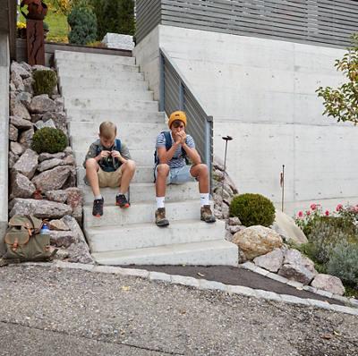 Zwei Jungen sitzen auf einer Treppe