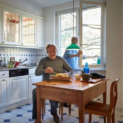 Älteres Paar kocht in der Küche