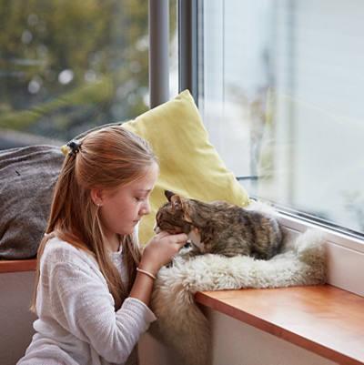 Mädchen streichelt ihre Katze