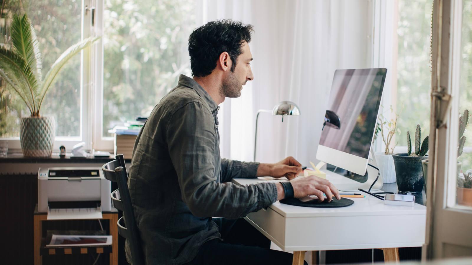 Mann arbeitet am Computer im Homeoffice