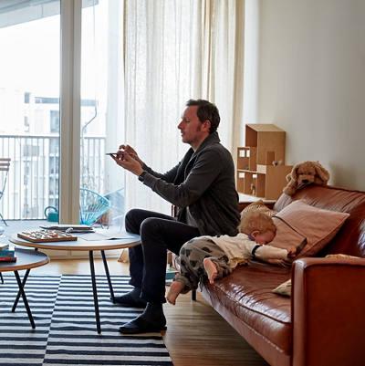 Mann fotografiert Dokument mit Smartphone