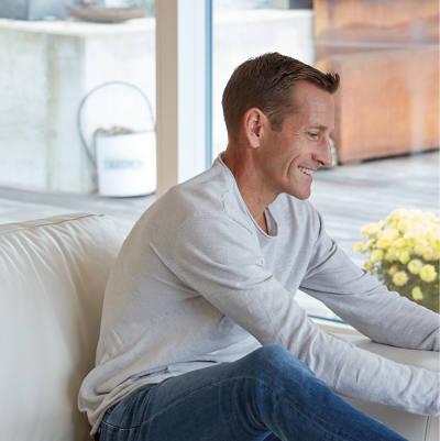 Mann zufrieden auf dem Sofa