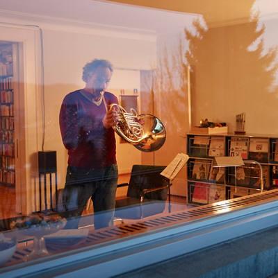 Mann spielt Waldhorn