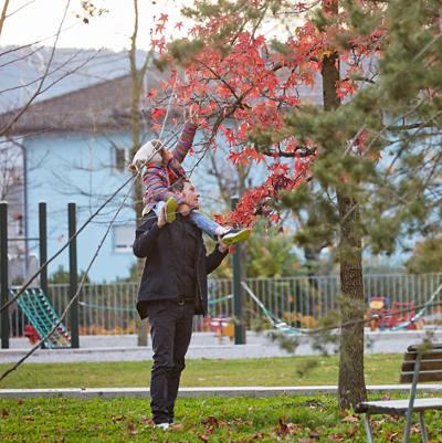 Vater mit Tochter im Park