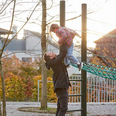 Vater spielt mit Tochter auf Spielplatz