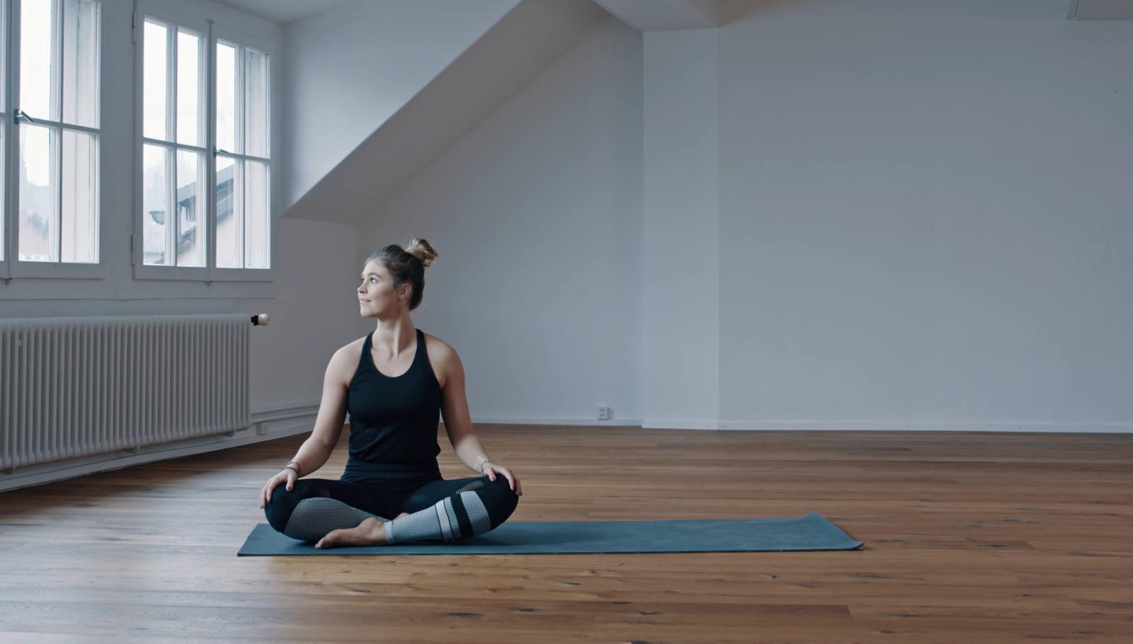 yoga-balance-frau-matte-schneidersitz.jpg